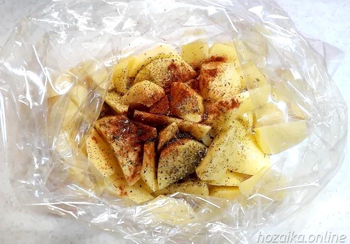 нарезанная ломтиками картошка в пакете для запекания