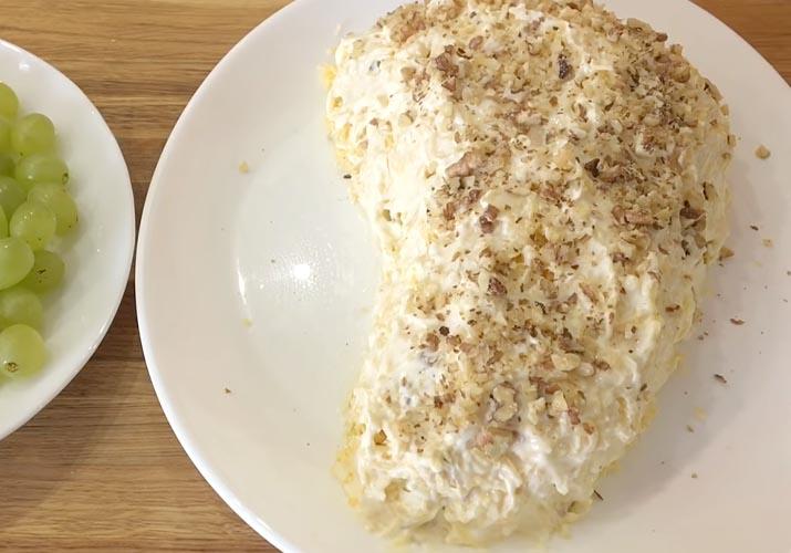 слой тертого сыра с грецким орехом в салате Тиффани