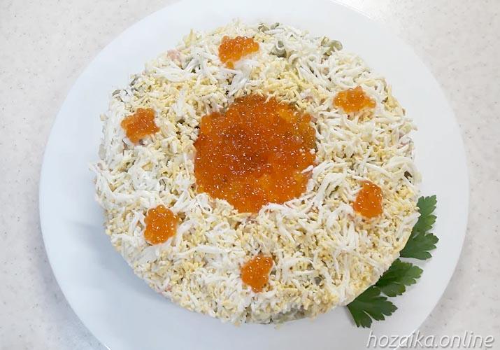 Салат новогодний оливье с икрой и креветками