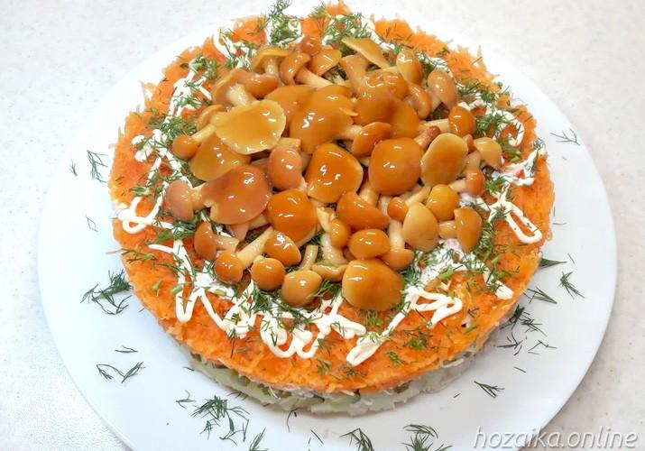 салат Грибная поляна с опятами курицей и сыром на тарелке