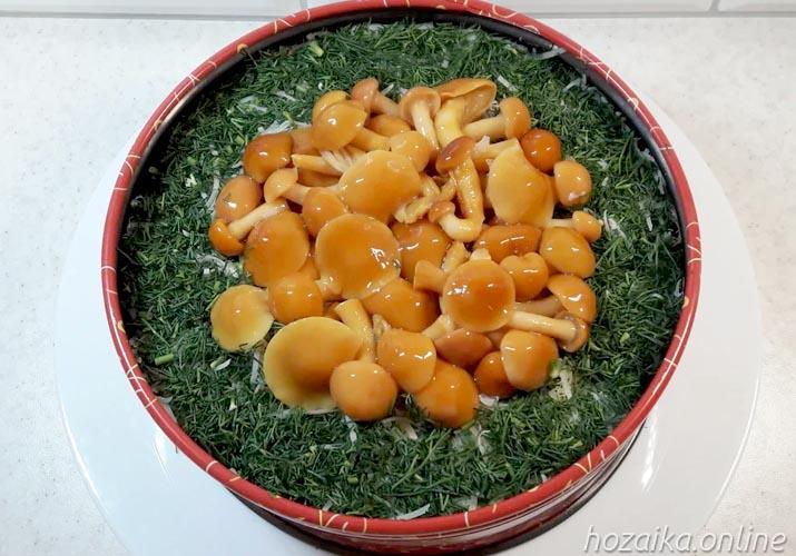 украшение салата Грибная поляна с опятами укропом и грибами