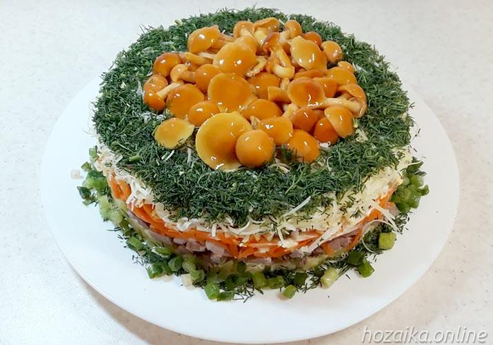 готовый салат Грибная поляна с опятами на тарелке