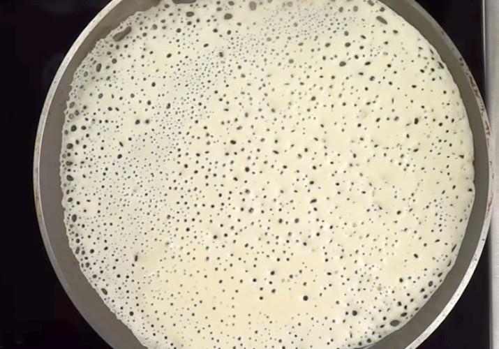 Самые вкусные тонкие блинчики на молоке с дырочками на сковороде