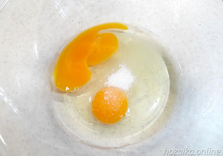 Яйца в миске для блинов с творожной начинкой