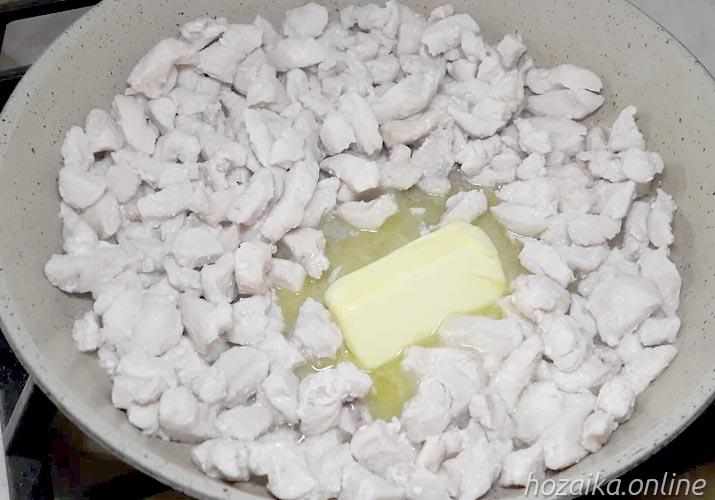 курица с маслом на сковороде