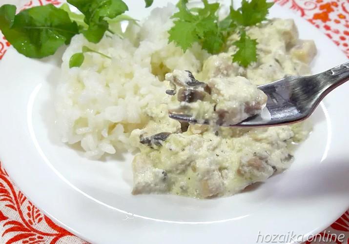 фрикасе из курицы с грибами на тарелке