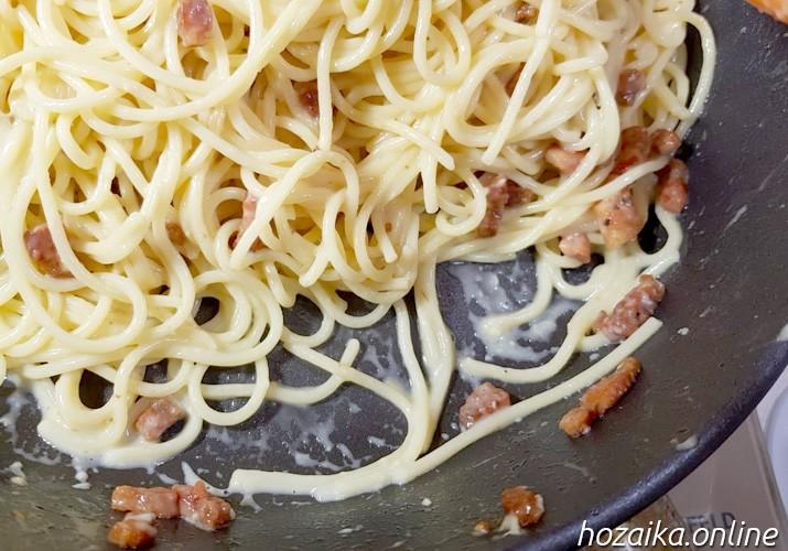 паста карбонара в сковороде с соусом
