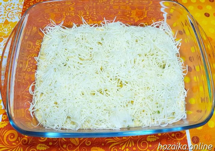 слой тертого сыра на запеканке из цветной капусты с яйцом и сыром