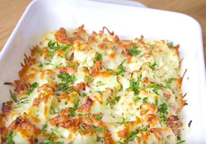 готовая запеканка из цветной капусты с беконом