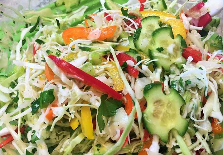 салат из свежей капусты с сельдереем и болгарским перцем