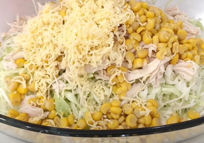 сборка салата из свежей капусты и курицы с сыром