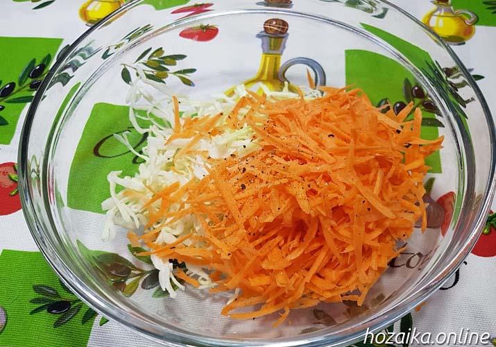 смесь капусты с морковкой солью и перцем