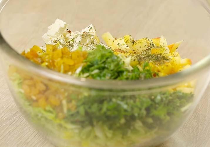 подготовка салата с капустой и яблоком