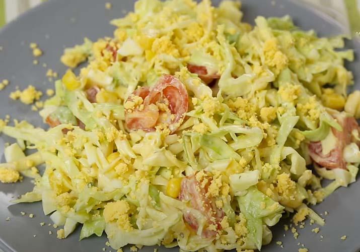 салат из свежей капусты с кукурузой