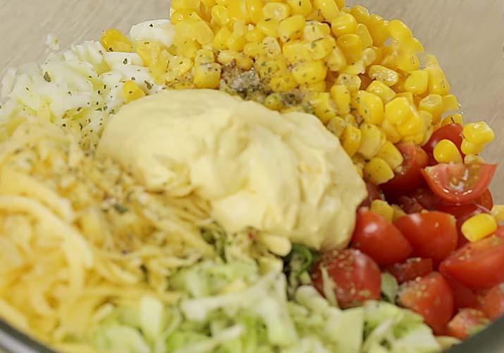 приготовление салата из свежей капусты с кукурузой