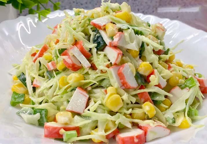 салат со свежей капустой, кукурузой и крабовыми палочками