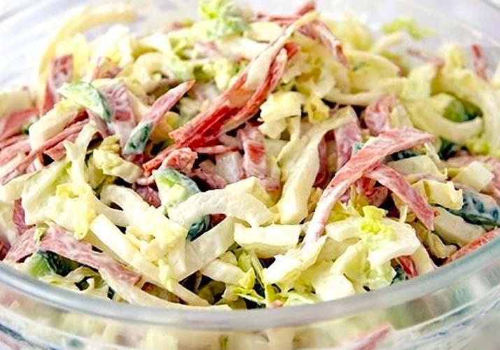 салат из свежей капусты с копченой колбасой