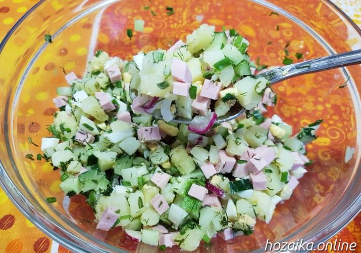нарезанные овощи для окрошки с колбасой и картошкой