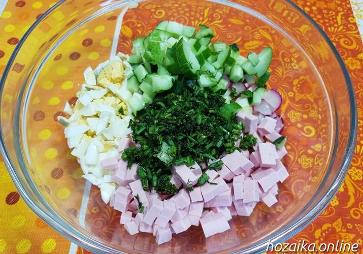 подготовка начинки для окрошки с колбасой и картошкой