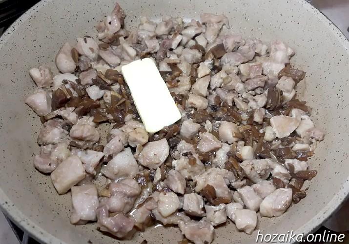обжариваем курицу с грибами для жульена