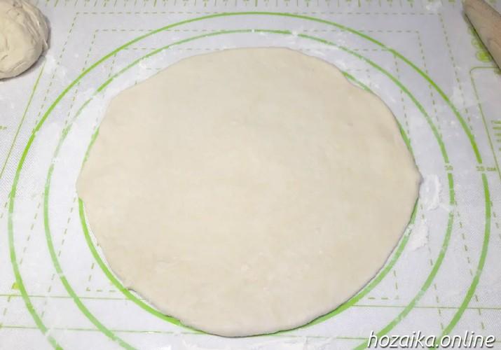 раскатанное тесто для пиццы Маргарита