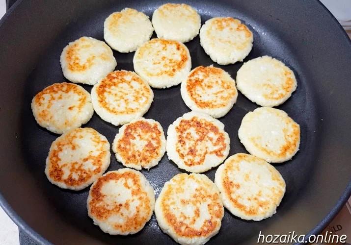 обжаренные сырники с рисовой мукой на сковороде