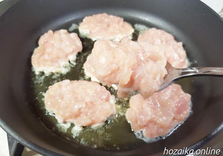 рубленные котлеты из куриной грудки на сковороде
