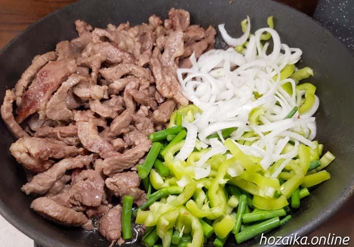 смешиваем мясо и чесночные стрелки