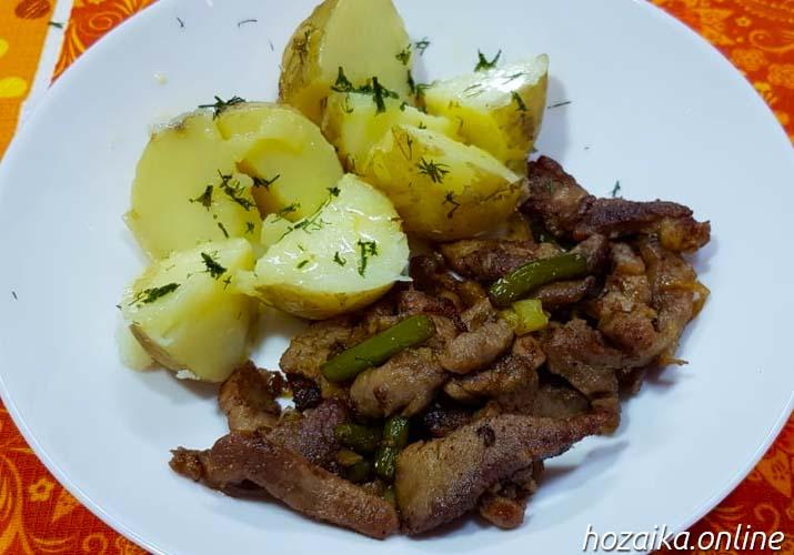 мясо с чесночными стрелками с молодой картошкой