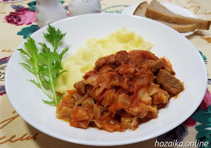 тушеная капуста на тарелке с картофельным пюре