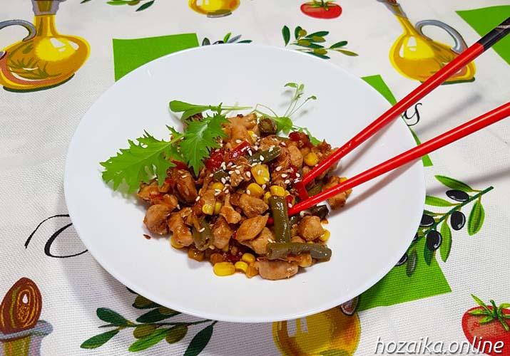 свинина терияки с овощами в тарелке