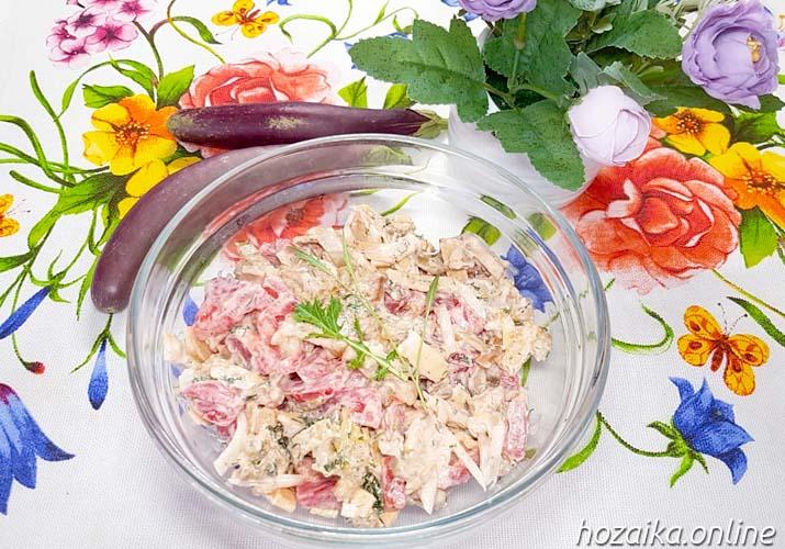 салат с баклажанами и помидорами подача