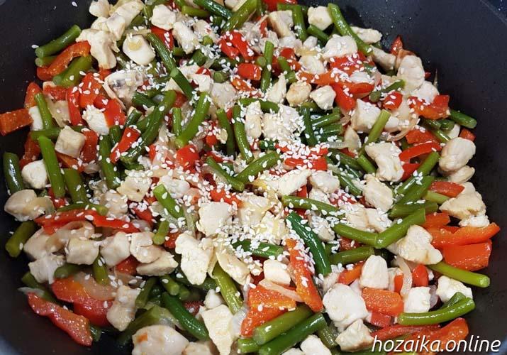 чесночные стрелки с мясом курицы и овощами