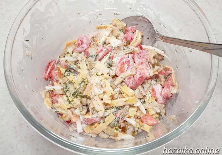 салат с баклажанами и помидорами в миске