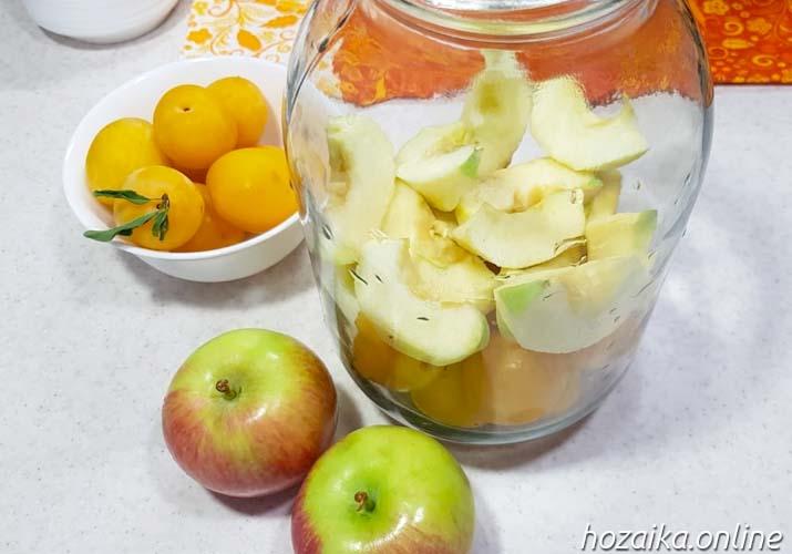 закладка ингредиентов для компота из алычи и яблок