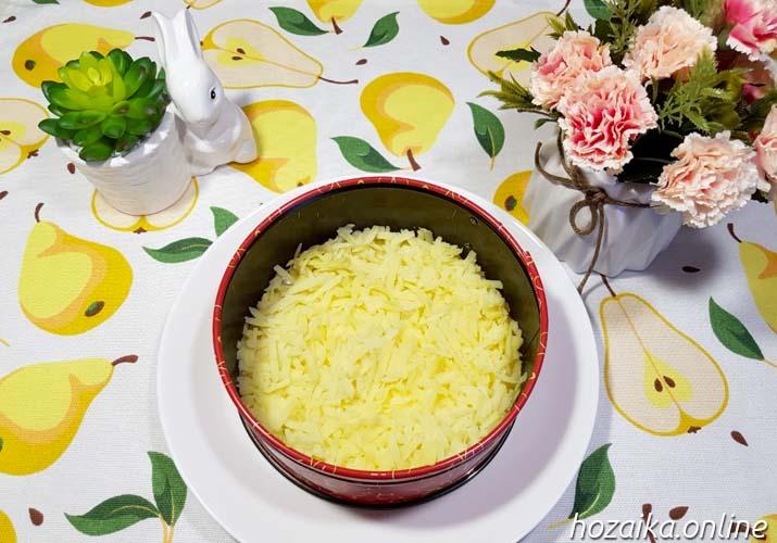 слой картошке в салате Мимоза с горбушей