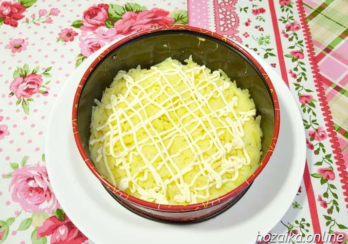 слой картофеля в салате Мимоза