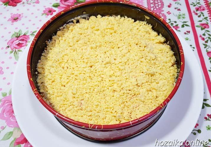 слой желтков в салате Мимоза