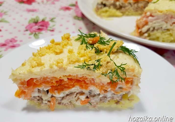 ломтик салата Мимоза с сайрой
