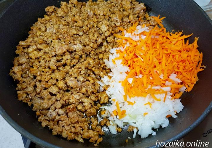обжаренный фарш с морковью и луком для классической запеканки