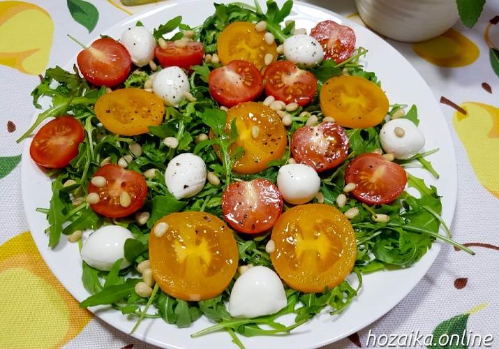 салат с рукколой, моцареллой и кедровыми орешками