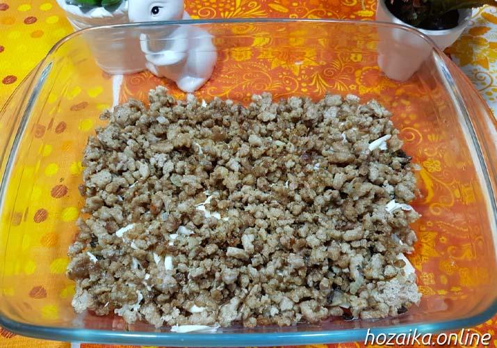 слой фарша в картофельной запеканке с грибами