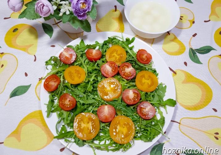 руккола и помидоры на тарелке