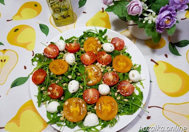 салат с рукколой и моцареллой сервировка