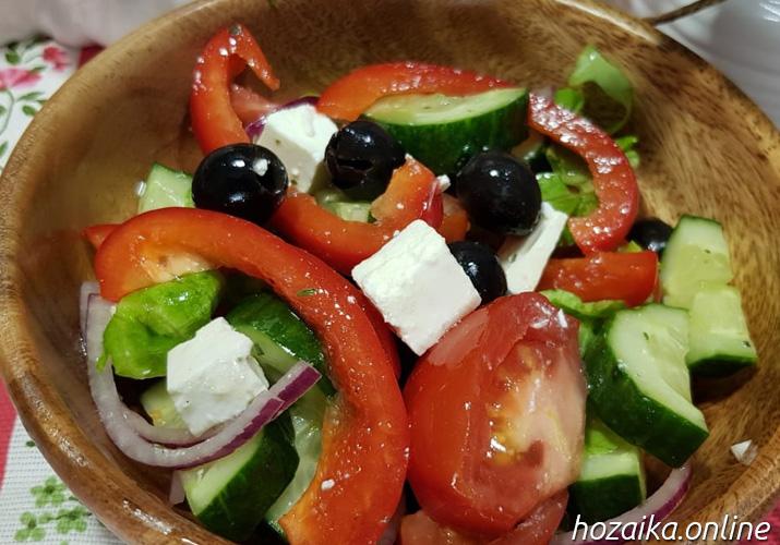 миска с греческим салатом