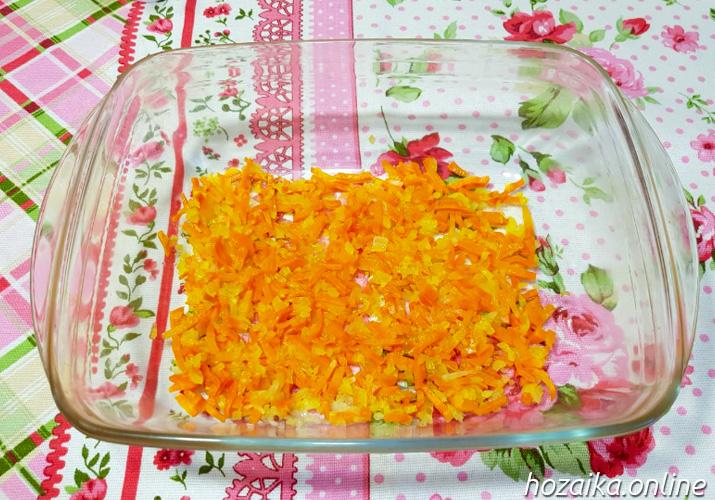 морковь с луком на дне формы