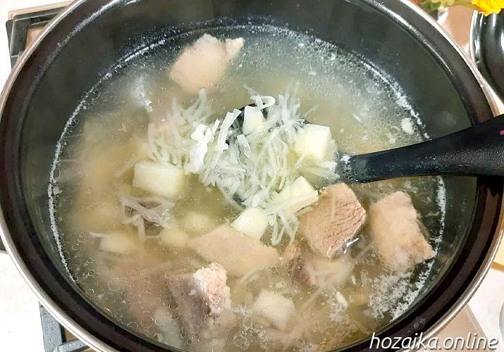 капуста, картофель и мясо в бульоне для борща