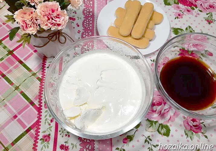 взбитые сливки и маскарпоне в миске для тирамису без яиц