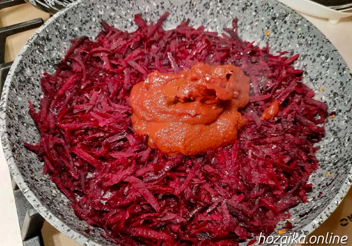 свекла на сковороде с томатной пастой для борща