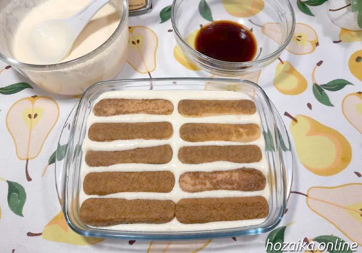 выкладываем савоярди для классического десерта